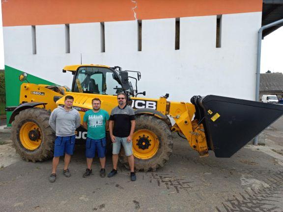Zleva: Obsluha stroje Josef Bednařík, mechanizátor podniku Michal Kocian, prodejce LUKROM Tomáš Hapka