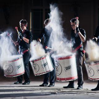 """Tokhi & the Groove Army - korporátní bubnování nejen na váš teambuilding - """"Bubny do škol"""" – tzv. DrumCircle s Tokhim"""
