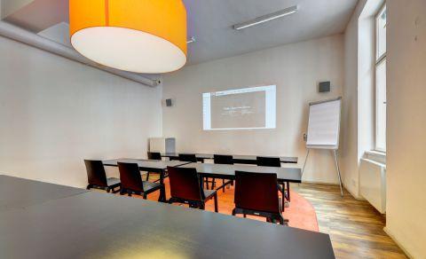 Oranžová konferenční místnost