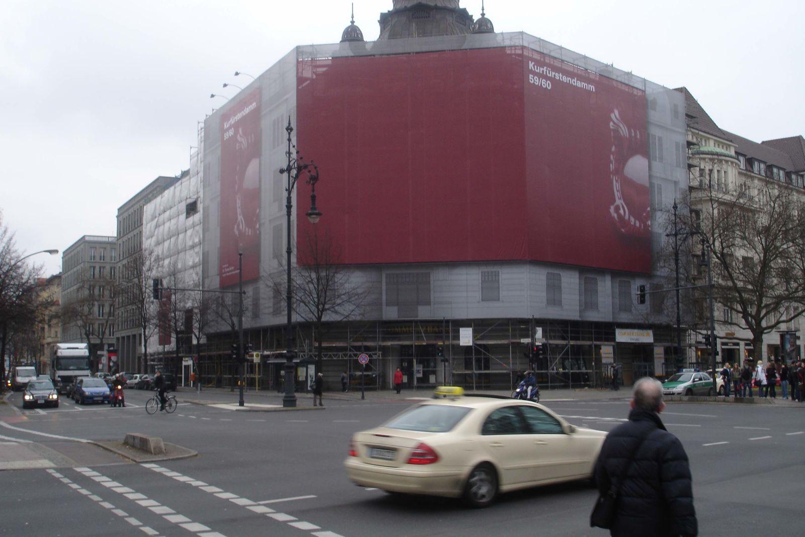 V Evropě je obvyklé, že se lešení staveniště používá pro reklamu. Z ní pak investor získá další prostředky.