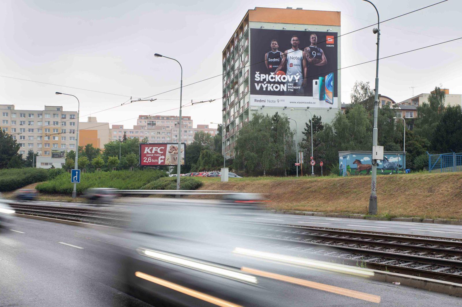 Reklamní plocha na panelovém domě, příjezd na Zličín. Lidé v tomto domě přijdou o výrazné prostředky jen proto, že Magistrát hl.m. označil toto místo za památkovou zónu !?