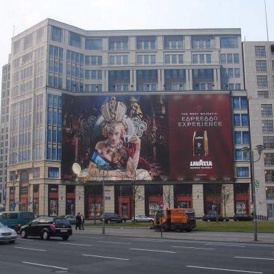 Reklama je běžnou součástí města, je zde stejně jako v časopisech, na sociálních sítí, televizi nebo tramvaji.