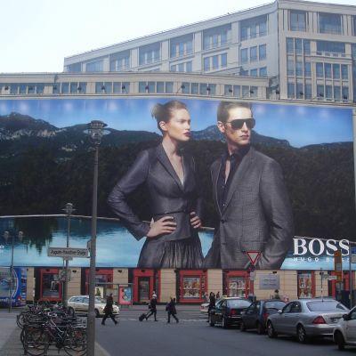 Reklamní plachty jsou součástí center evropských metropolí. Jsou tam právě proto, že nestojí nikde v prostoru, nikomu nepřekáží.